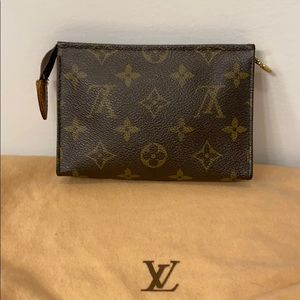 ⭐️price is firm⭐️Louis Vuitton toiletry pouch 15cm